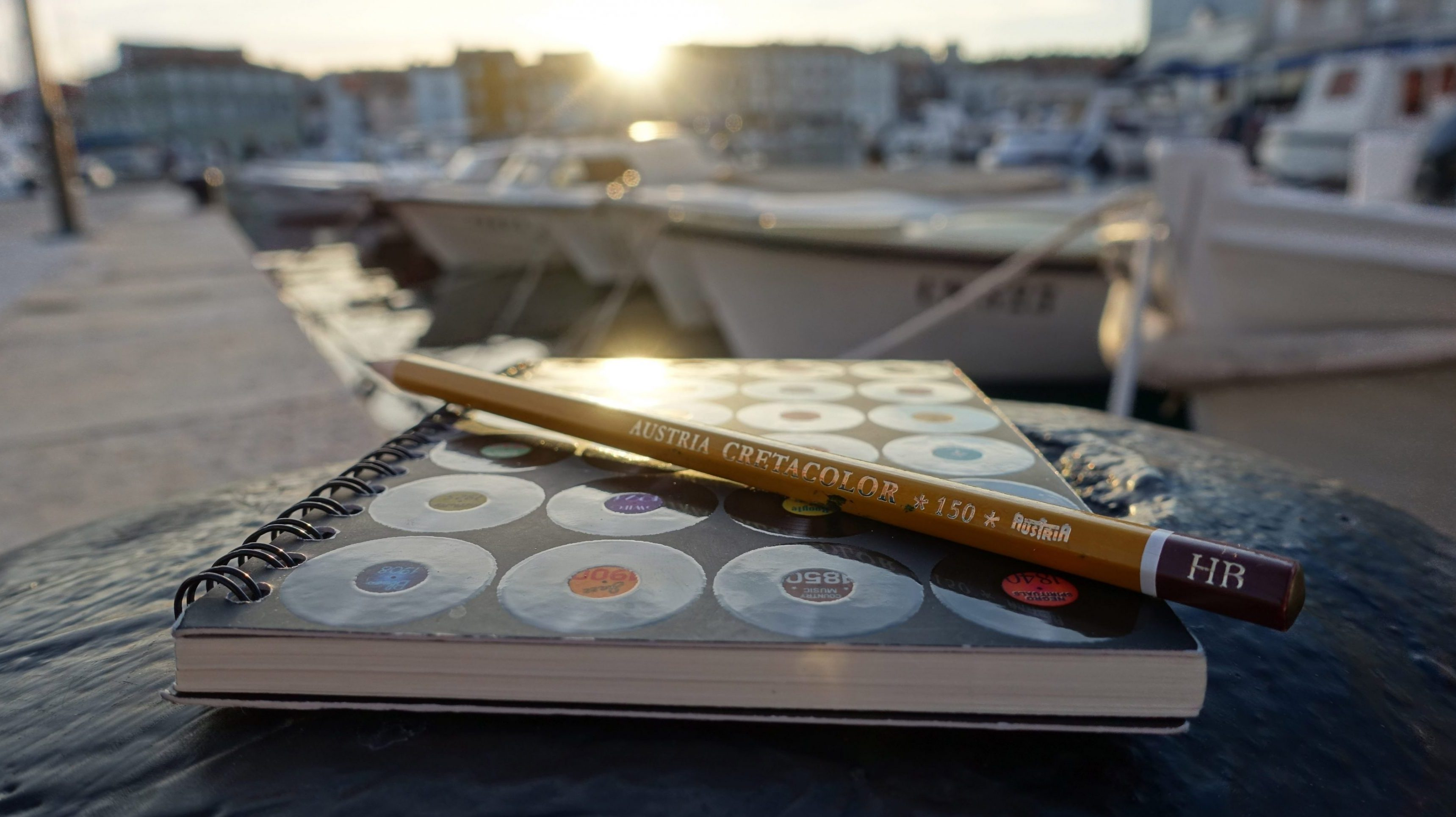 Buch mit Bleistift im Hafen